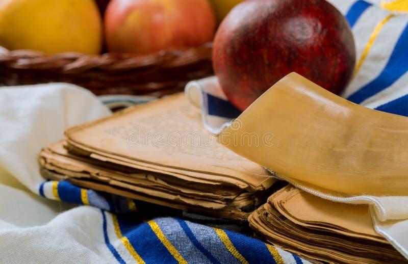 Jüdischer Feiertag Rosh Hashanah, Äpfel Honig und Granatapfel torah Buch, kippah ein yamolka talit stockfoto