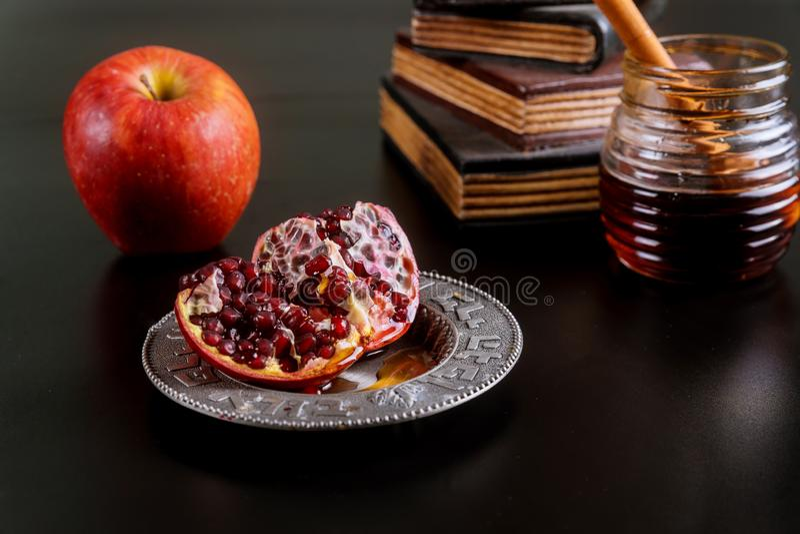 Jüdischer Feiertagshonig und -äpfel mit Granatapfel stockfoto