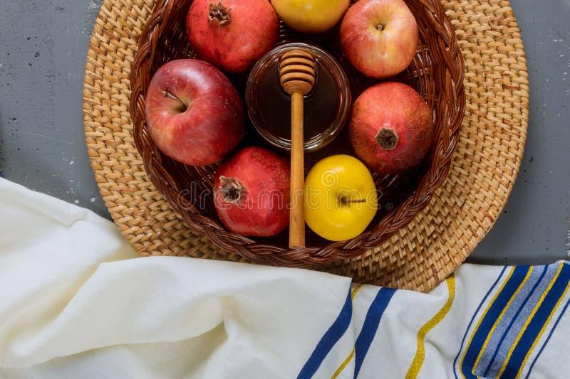 Jüdischer Feiertagshonig und -äpfel mit Granatapfel torah Buch, kippah ein yamolka talit lizenzfreie stockfotografie
