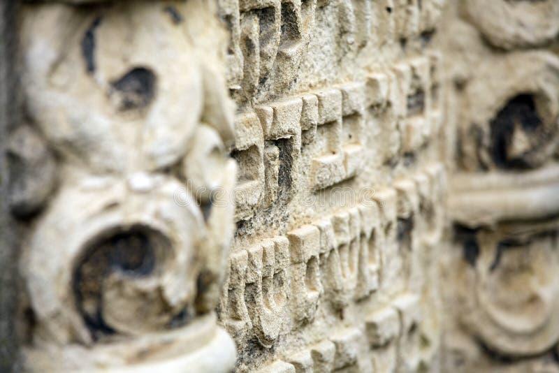 Jüdischer Grundstein blüht Steinsymbol embem Hintergrundkirchhof alte granit Marmor-Gussbuchstaben stockfoto