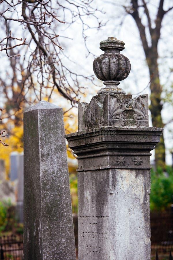 Jüdischer Grundstein blüht Steinsymbol embem Hintergrundkirchhof alte granit Marmor-Gussbuchstaben lizenzfreie stockbilder