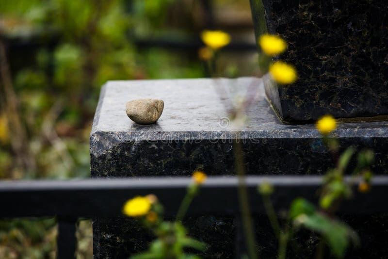 Jüdischer Grundstein blüht Steinsymbol embem Hintergrundkirchhof alte granit Marmor-Gussbuchstaben stockfotos