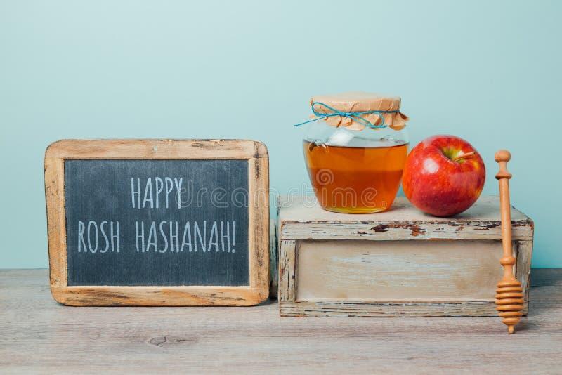 Jüdischer Hintergrund Feiertag Rosh Hashana mit Tafel, Honigglas und Apfel lizenzfreies stockfoto