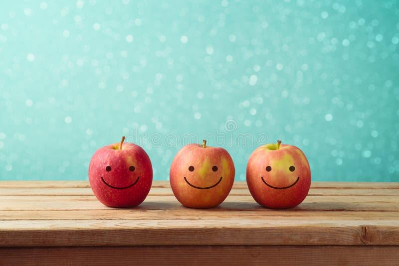 Jüdischer Hintergrund Feiertag Rosh Hashanah mit lächelnden Äpfeln lizenzfreies stockfoto