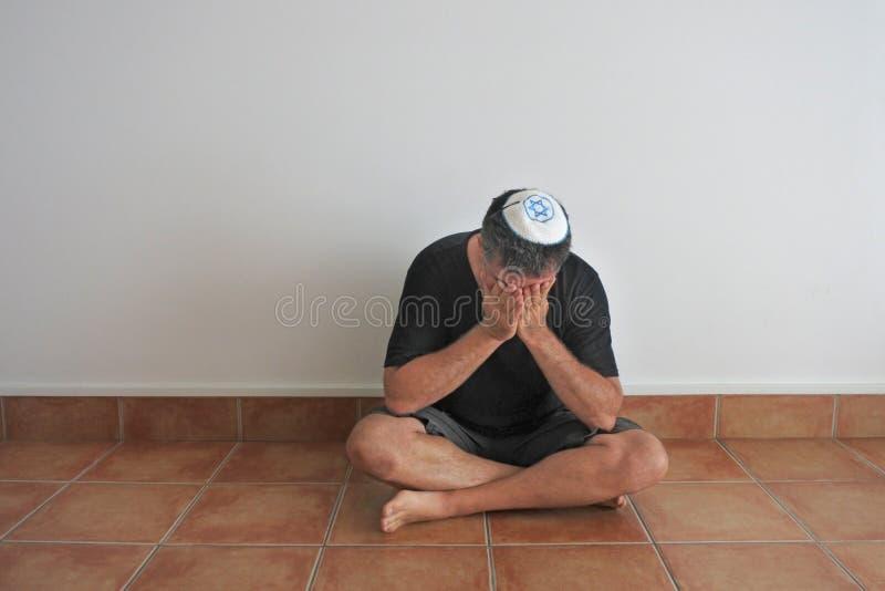 Jüdischer Mann sitzender shiva Woche-langer Trauerzeitraum im Judentum stockfoto