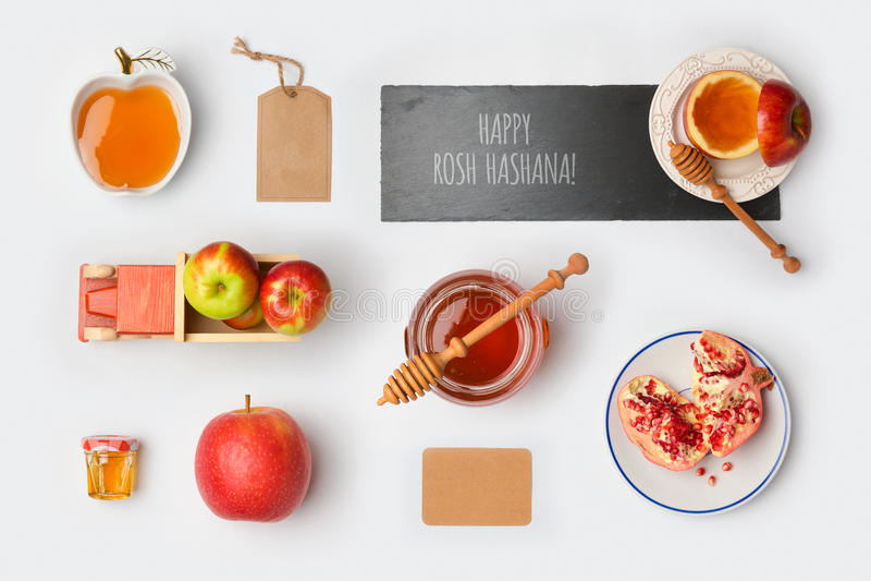 Jüdischer Spott Feiertag Rosh Hashana herauf Schablone mit Honigglas, -äpfeln und -granatapfel Ansicht von oben stockfotografie