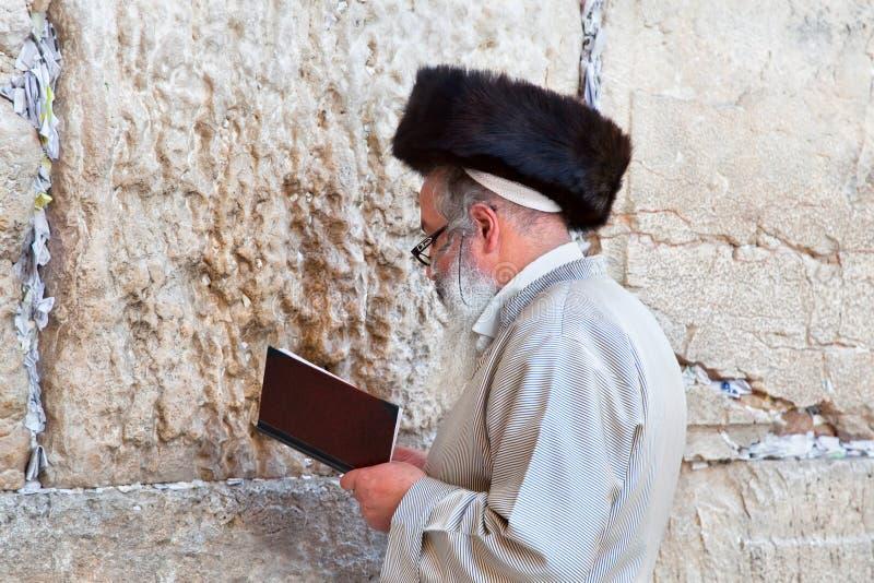 Jüdisches Beten an der westlichen Wand lizenzfreie stockfotos