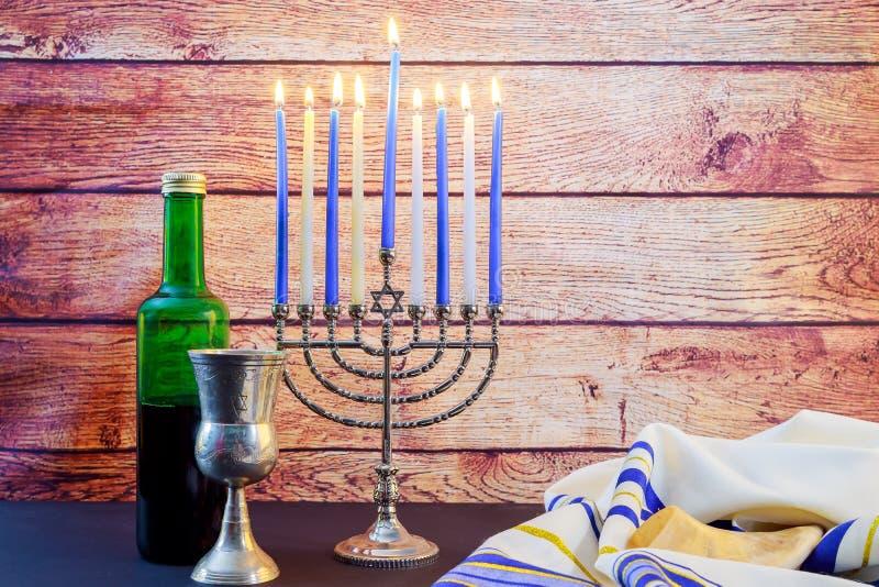 Jüdisches Feiertag Chanukka-Wein taliit schönes menorah stockfotos