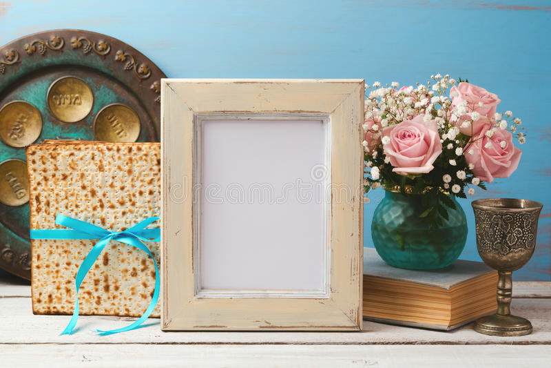 Jüdisches Feiertag Passahfest Pesah-Konzept mit Plakatfotorahmen, Matzoh und rosafarbenem Blumenblumenstrauß stockbilder