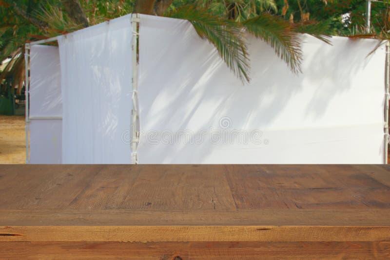 Jüdisches Festival von Sukkot Traditionelles succah u. x28; hut& x29; Leere hölzerne alte Tabelle für Produktanzeige und -darstel stockfoto