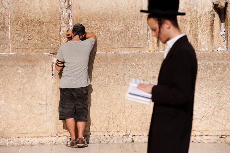 Jüdisches Gebet an der westlichen Wand stockbild