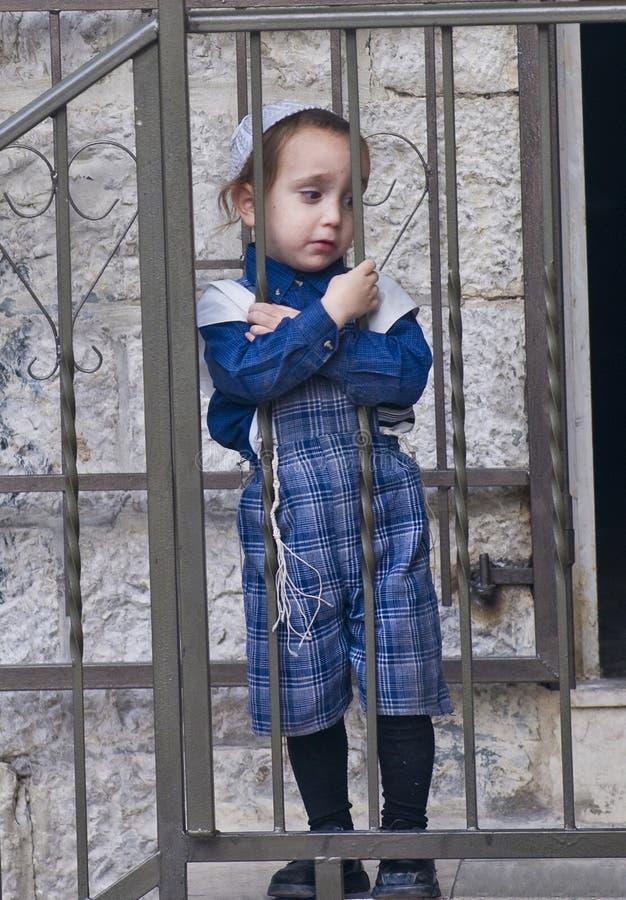 Jüdisches ultra orthodoxes Kind stockfotos
