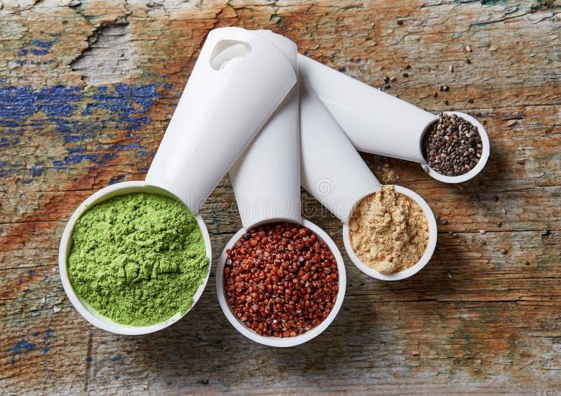 Jęczmienny lub pszeniczny trawa proszek czerwony quinoa, maca proszek i chia, s zdjęcia royalty free