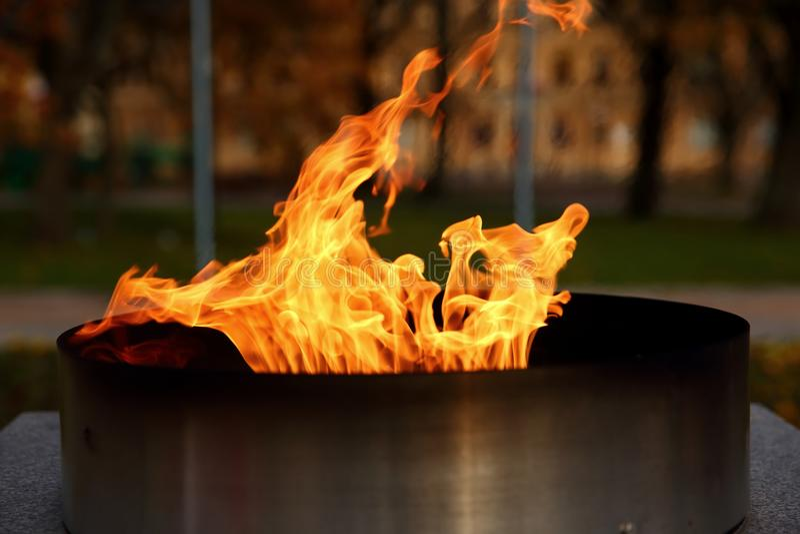 Języka †‹â€ ‹pożarniczy palenie w świeczce fotografia stock