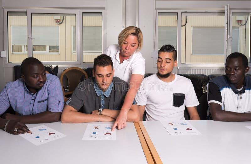 Językowy szkolenie dla uchodźców w niemiec obozie obrazy stock