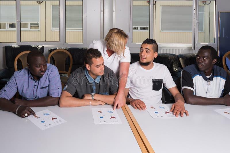 Językowy szkolenie dla uchodźców w niemiec obozie zdjęcie stock