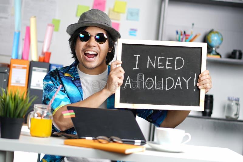 J'ai besoin d'un concept de vacances Jeune homme élégant enthousiaste tenant Empt image stock