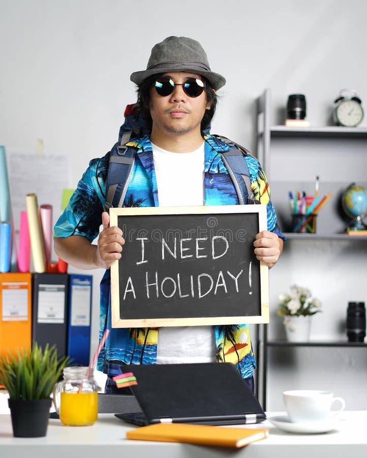 J'ai besoin d'un concept de vacances Jeune homme élégant portant grand Backpac photographie stock libre de droits