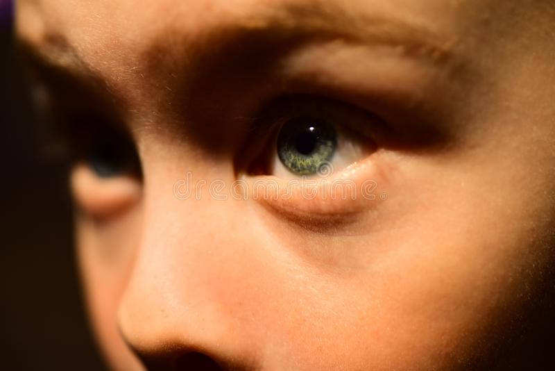 J'ai la vue très pauvre Peu garçon avec la santé pauvre d'oeil Petite lentille de garçon en contact Santé d'enfance vue images libres de droits