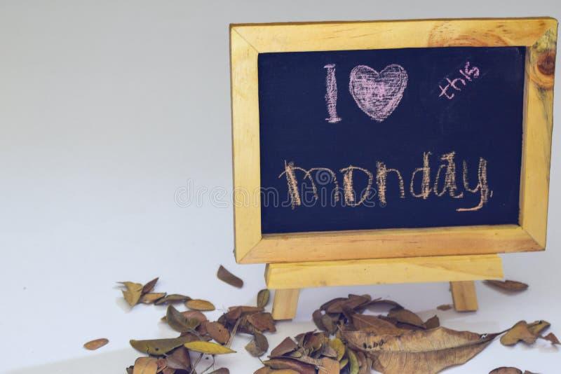J'aime lundi écrit sur un tableau L'appartement saisonnier d'automne étendent la photo sur le fond blanc image stock