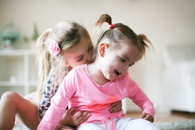 J'aime ma soeur Deux petites filles à la maison images stock