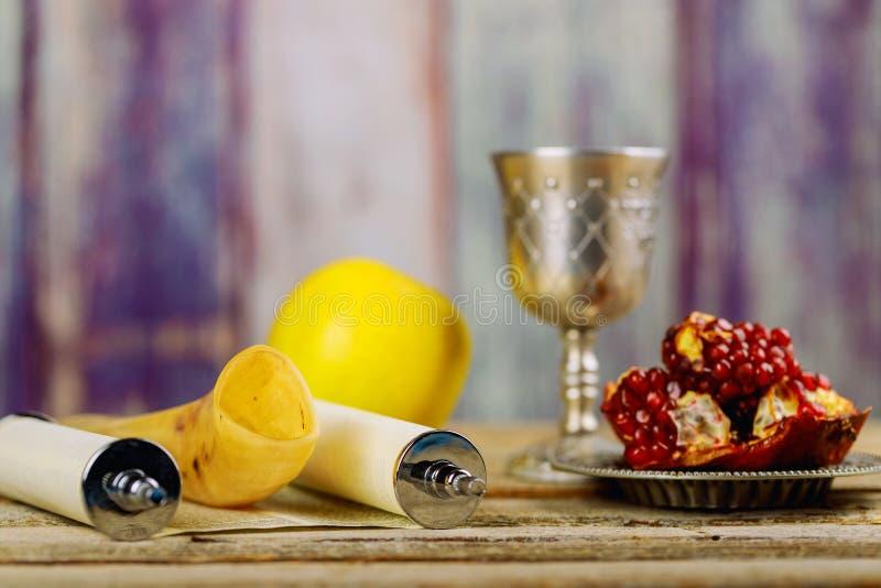 J?disches neues Jahr Rosh Hashanah Traditionelle Feiertagssymbole - Shofar, Granatapfel und Apfel stockbilder