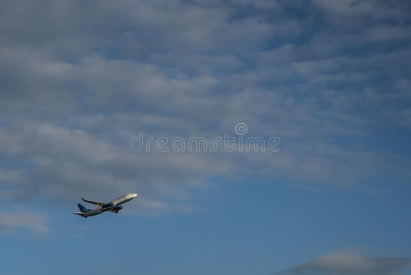 J'escorte des avions ? l'altitude bleue photos stock