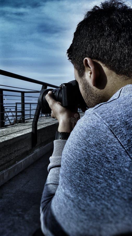 J'essayant de prendre une photo d'un bateau en Italie images libres de droits