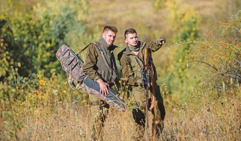 J?ger mit Gewehren in der Naturumwelt Wildererpartner - in - Verbrechen T?tigkeit f?r wirkliches Mannkonzept J?gerwildh?ter stockfoto