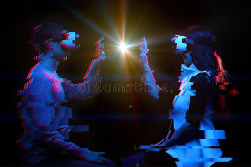 J?ntese de gente comunican usando auriculares de la realidad virtual Imagen con efecto de la interferencia fotos de archivo libres de regalías