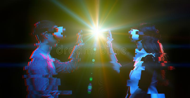 J?ntese de gente comunican usando auriculares de la realidad virtual Imagen con efecto de la interferencia fotos de archivo