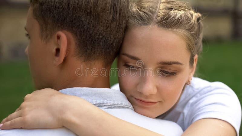 J?ntese de los adolescentes que se abrazan, primer amor, relaci?n de la oferta, juventud imagenes de archivo