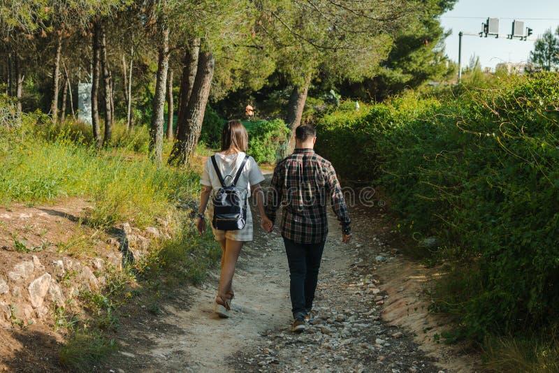 J?ntese en un bosque, ellos est?n caminando de com?n acuerdo imagen de archivo