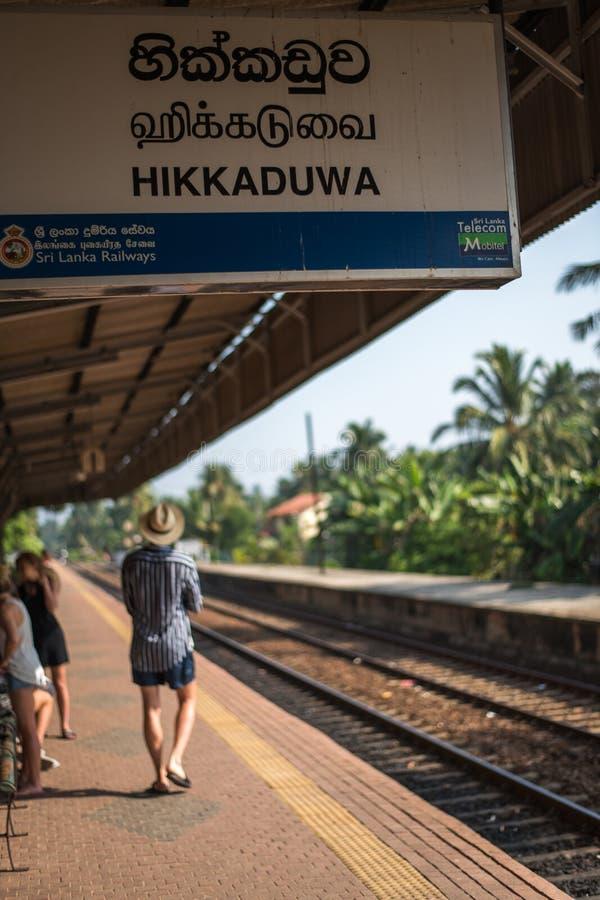 J?rnv?gsstation och st?nger i staden av Hikkaduwa i Sri Lanka arkivfoton
