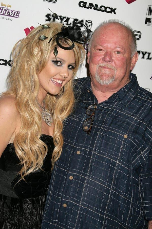 J.Smith och henne fader på deltagaren för premiär för debut för J.Smith-musikvideo. Les Deux, Hollywood, CA. 02-25-09 royaltyfria bilder