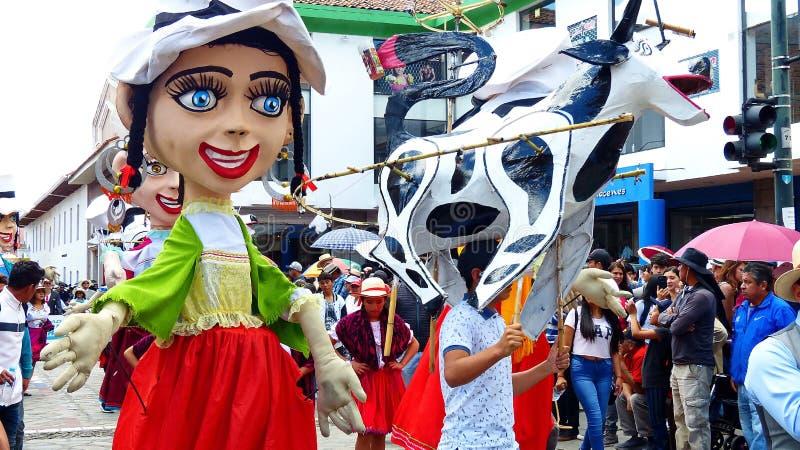 J?tte- skyltdockor, folk dansare och ?galet kraxar ?p? st?tar, Ecuador royaltyfri bild