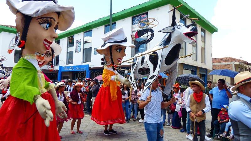 J?tte- skyltdockor, folk dansare och ?galet kraxar ?p? st?tar, Ecuador arkivfoton