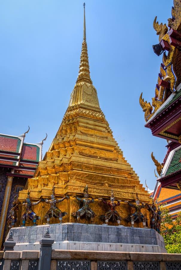 J?tte- statyer p? grunden av den guld- pagoden i Wat Pra Kaew i den storslagna slotten royaltyfria foton