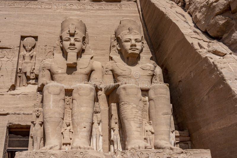 J?tte- stenstatyer p? templet av Kom Ombo arkivfoton
