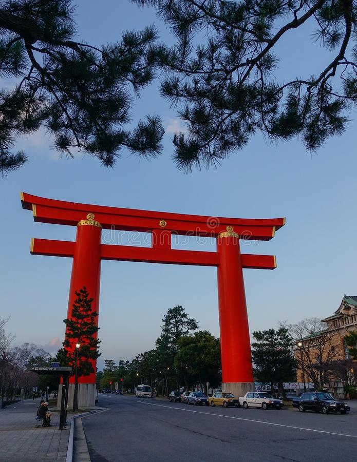 J?tte Torii p? centret i Kyoto, Japan royaltyfri fotografi
