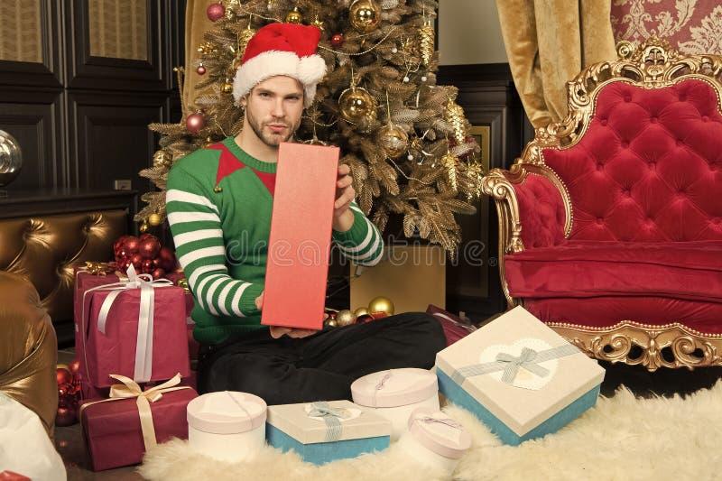 J?tteglad jul till dig Lycklig man med julg?vaaskar Grabben firar jul hemma man santa royaltyfri bild