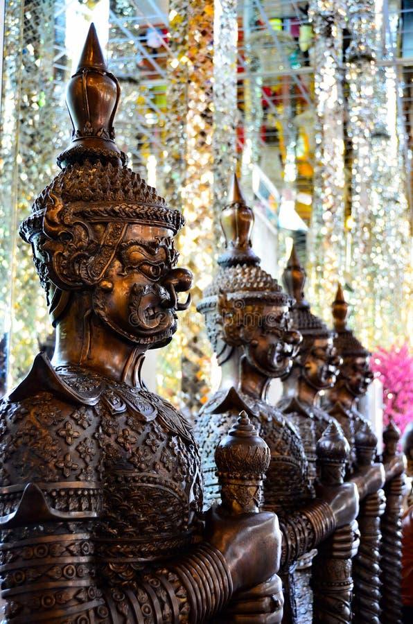 J?tten som skyddar buddism royaltyfri fotografi