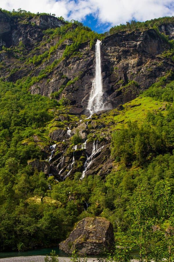 J?tteRjoandefossen vattenfall vid Flamen till Myrdal den j?rnv?g linjen Norge royaltyfri foto