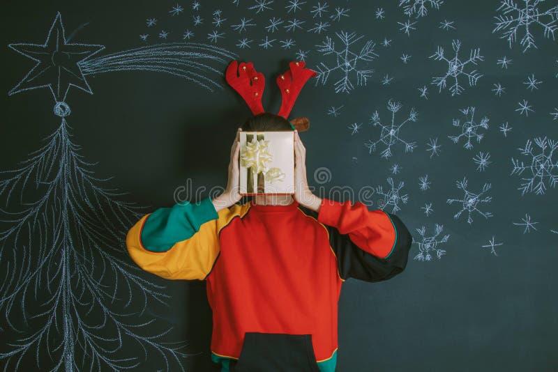 J?venes con el regalo de la Navidad imagenes de archivo