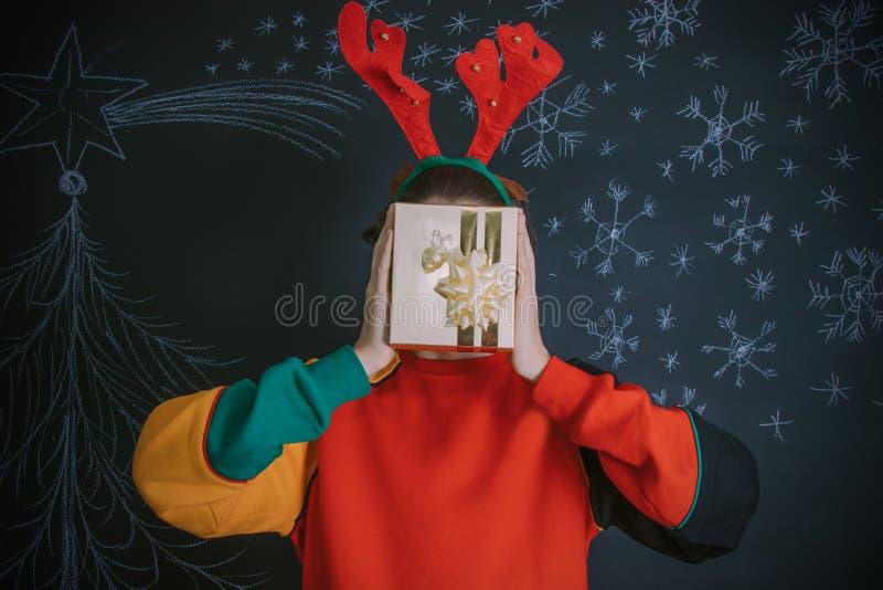 J?venes con el regalo de la Navidad foto de archivo