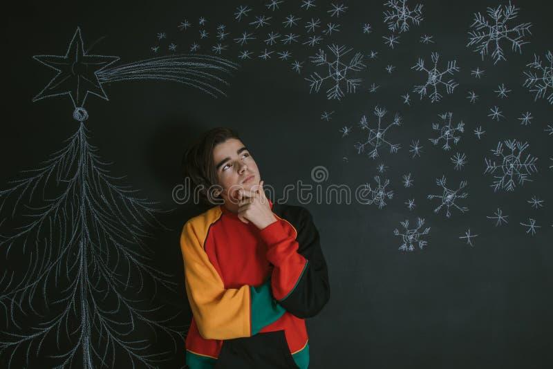 J?venes con el regalo de la Navidad fotografía de archivo
