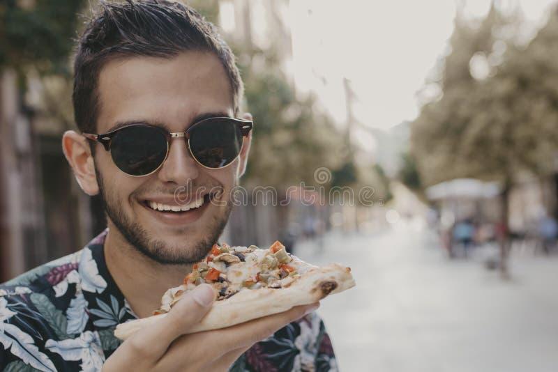 J?venes que comen en los alimentos de preparaci?n r?pida de la calle imágenes de archivo libres de regalías