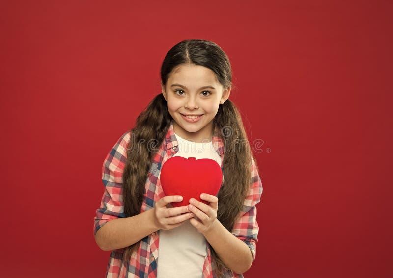 J'? vous Amour mignon de symbole de coeur de prise d'enfant de fille C?l?brez le jour de valentines Amour et concept romantique d photos stock