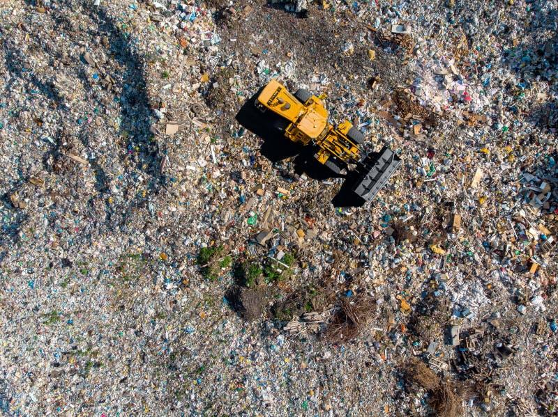 Jałowy śmieciarskiego usypu gospodarstwa domowego stosu grat, powietrzny odgórnego widoku tło obrazy stock