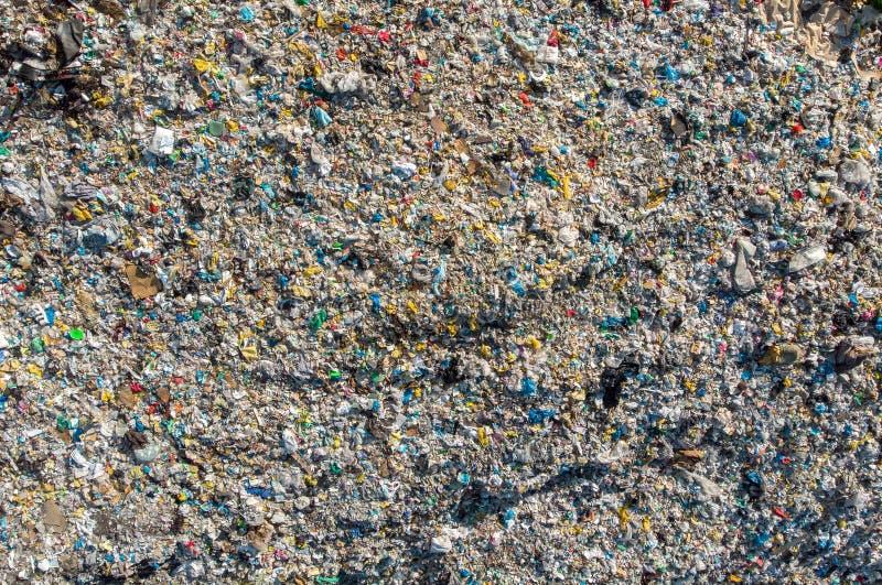 Jałowy śmieciarskiego usypu gospodarstwa domowego stosu grat, powietrzny odgórnego widoku tło zdjęcia stock